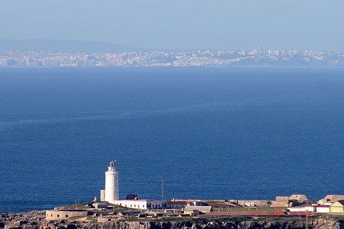 El faro del Estrecho. Tarifa, Cádiz, con Tánger, Marruecos al fondo