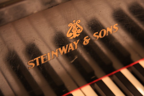 steinway & sons logo with keys