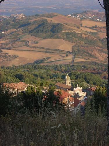 D0746 Acquaformosa (tra la fontana sopra il paese e San Giovanni) chiesa di San Giovanni Battista, Altomonte, e Hotel Barbieri prima del tramonto (verticale)