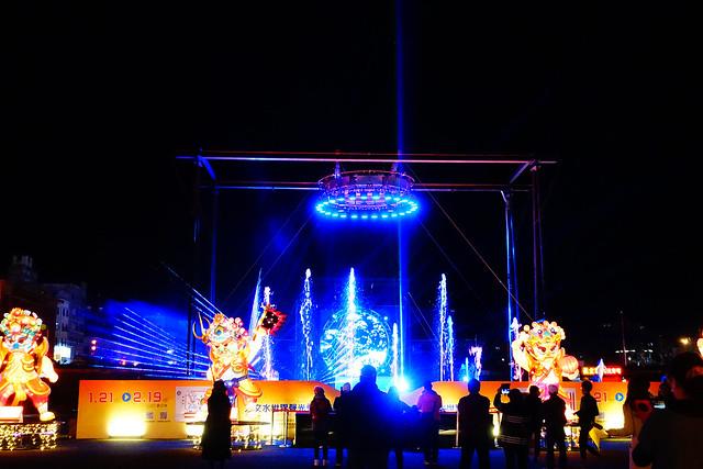 舞台正中央有個舞者在水幕中間跳舞,我們看了都幫他覺得冷 T_T (Photo by Lilygloria)