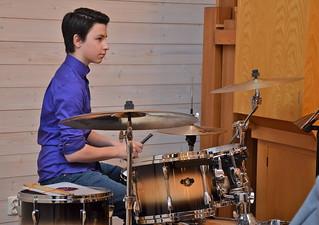 Arnold Mårtensson vid trummorna