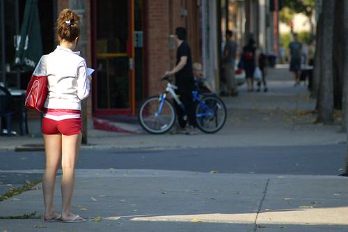street city red urban woman white sexy fall girl bicycle automne d50 bag geotagged rouge reading day montréal femme sac jour sidewalk québec lecture rue fille fesses blanc ville vélo trottoir urbain bistrot villeray pointdefuite lignesdefuite avenuehenrijulien ruedecastelnau geo:lat=45537737 geo:lon=73618295 lenchanteur