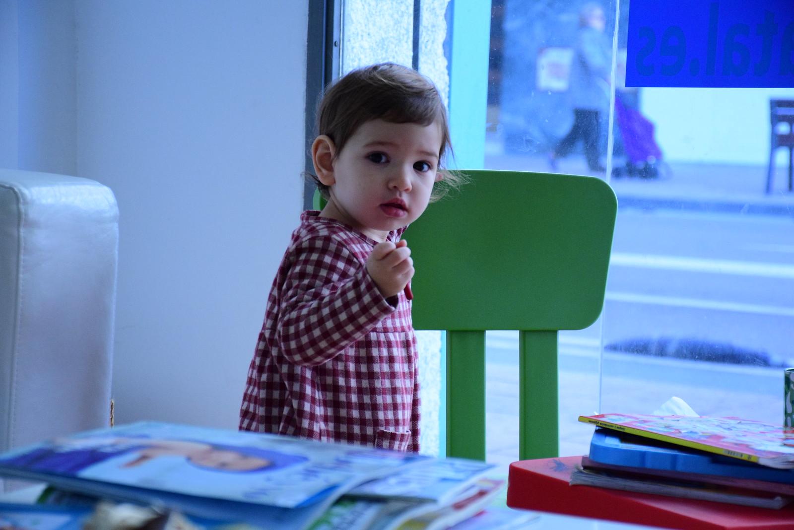Eva jugando cuando se aburrió de ver a su hermanito