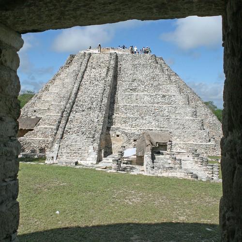 Mayapan: Castillo de Kukulkan from the neighbouring temple