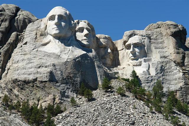 Ciertamente, uno tira muchas, muchísimas fotos aquí, y la verdad es que si lo piensas, ... son todas iguales, pero ... es que ... es tal impresionante ... que no se quiere perder detalle.  Mount Rushmore, símbolo del espíritu de una nación - 2533483382 aaa26b6aa1 z - Mount Rushmore, símbolo del espíritu de una nación