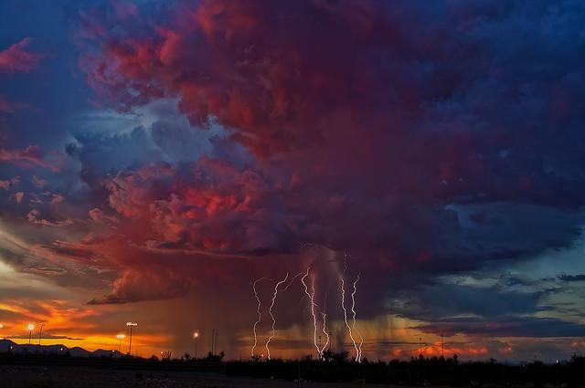 Молния, красные облака