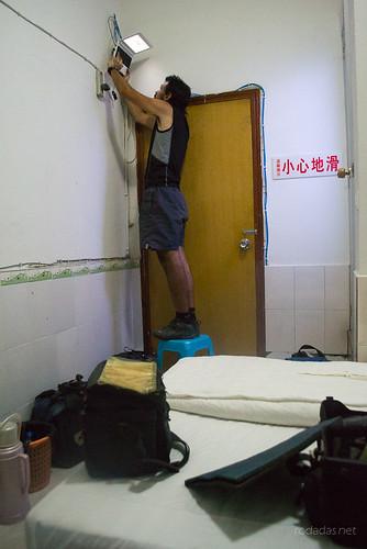 Álvaro tratando de leer el correo en un hotel en China