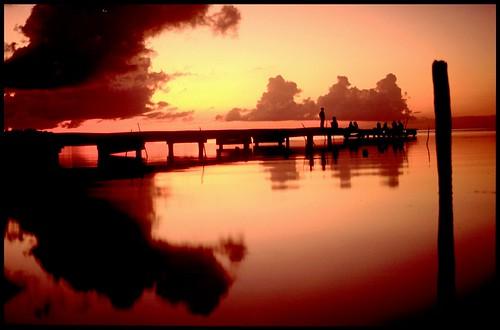 sunset sea mer reflection fishermen pentax footbridge silhouettes honduras roatan reflets pontoon ponton reflejos argentique diapositive filtre île diapo caraibes roatán roatanisland p30 soleilcouchant justpentax iledescaraibes titi92