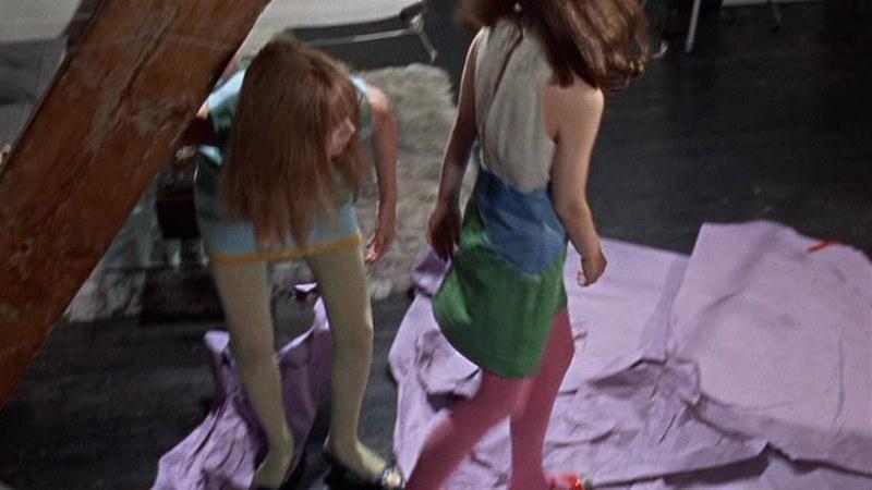 カラフルなパンティ・ストッキング。この場面からは、セパレートのストッキングでは無くパンティ・ストッキングだとは分かりません。その前の場面でこれらのストッキングが臀部まで覆っていることが確認できます。ミケランジェロ・アントニオーニ『欲望』