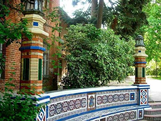 Parque del retiro cer mica en la casa de fieras hoy for Casa jardin madrid