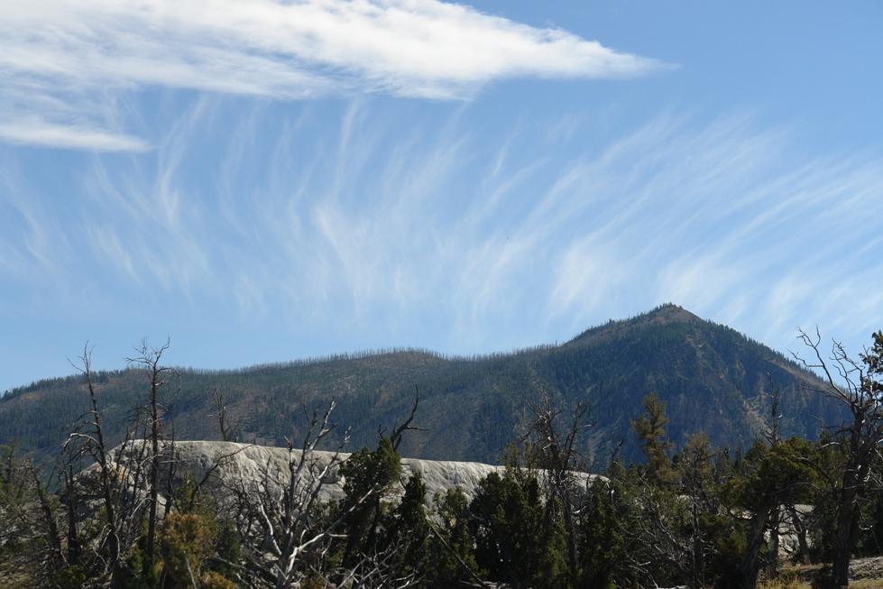 Impresionante es el cambio de tiempo, clima, los colores, el cielo y ver cómo se forman unas nubes así tras una montaña, seguramente por el cambio de temperatura de la tierra. En el Parque Nacional Yellowstone además hay unos cambios muy bruscos de temperatura y lo que durante el día son 30ºc, se pueden convertir en -5ºc, es importante ir preparado para éstos cambios. parque nacional yellowstone - 2514343036 fe034e4eda o - Parque Nacional Yellowstone, cómo visitarlo en dos días
