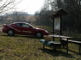 Picknickplatz  am gebührenfreien Parkplatz mit Wanderkarte und Waldmöbeln nahe der Märzenbecherwiese im Polenztal