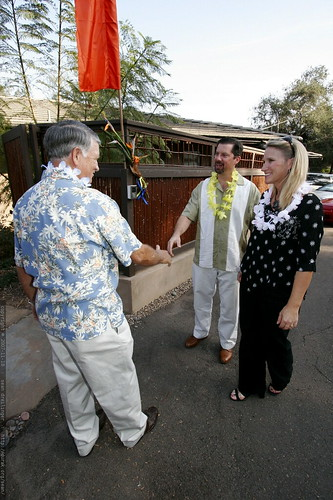 donna's dad greeting each guest with a lei    MG 6351