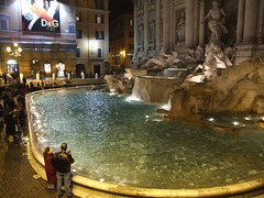 ancient history(0.0), thermae(0.0), water feature(1.0), fountain(1.0), night(1.0),