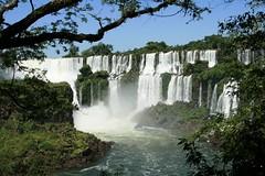 Sin duda, la mayor atracción del parque nacional Iguazú son las Cataratas de Iguazú, consideradas una de las maravillas de la naturaleza. En un marco de riberas agrestes, cubiertas de vegetación, deslumbra el espectáculo de los 275 saltos de agua y la extraordinaria Garganta del Diablo.
