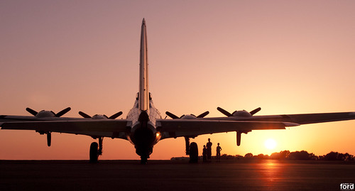 sunset flying wwii b17 ww2 boeing fortress usaaf collingsfoundation b17g boeingb17gflyingfortress usaac palomarca mccellanpalomarairport