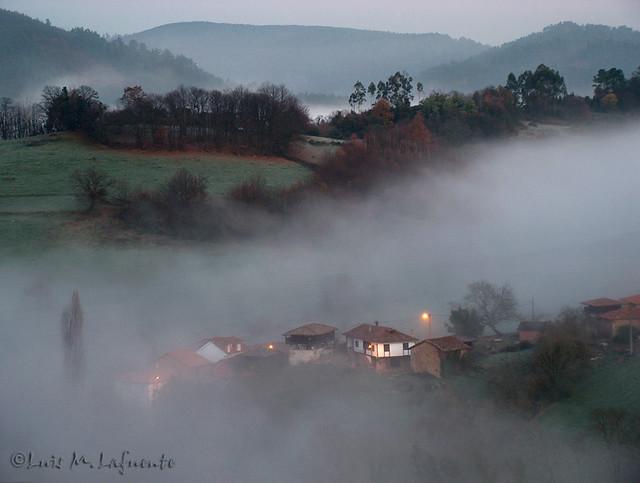 Amanece bajo la niebla