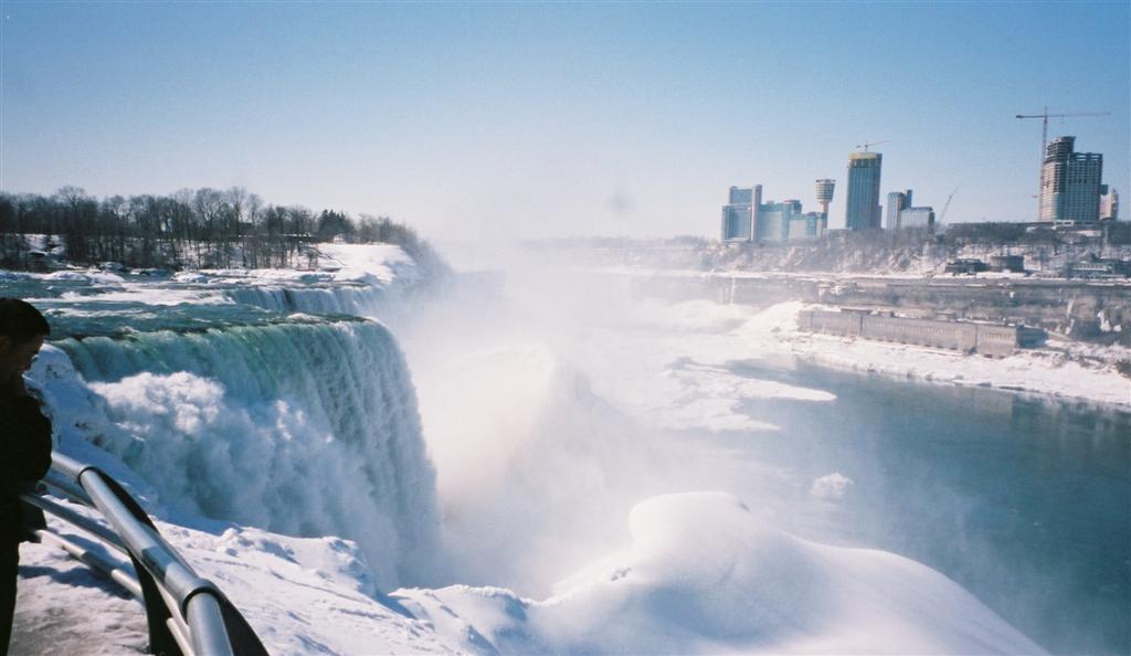 Cascada estadounidense nevada y panorámica de Canadá desde los Estados Unidos Cataratas del Niágara, la mayor potencia hidroeléctrica en el mundo occidental - 2513483791 ab2382ea07 o - Cataratas del Niágara, la mayor potencia hidroeléctrica en el mundo occidental