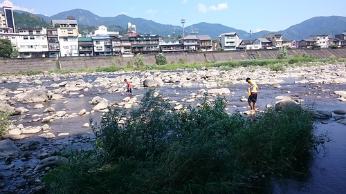おじさんワイは横になりつつ、川遊びを眺める