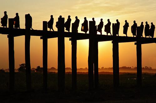 bridge sunset people sun silhouette yellow jaune outdoors soleil nikon asia southeastasia d70 burma religion monk buddhism pont myanmar asie coucherdesoleil bouddhisme amarapura ubein birmanie moine 123faves asiedusudest lpday pascalboegli lpsilhouettes