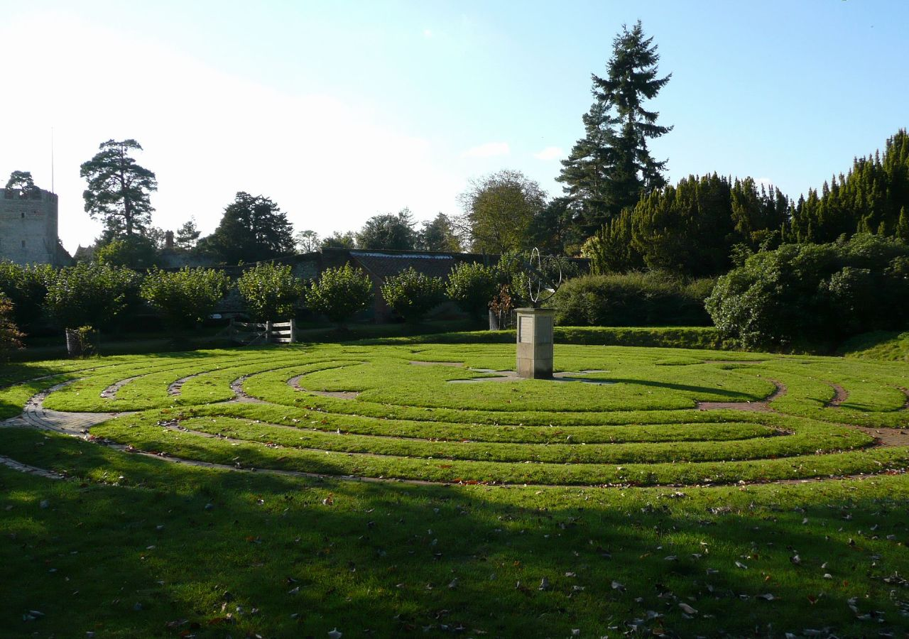Book 1, Walk 9, Shiplake to Henley The maze at Greys Court, 20 October '07.