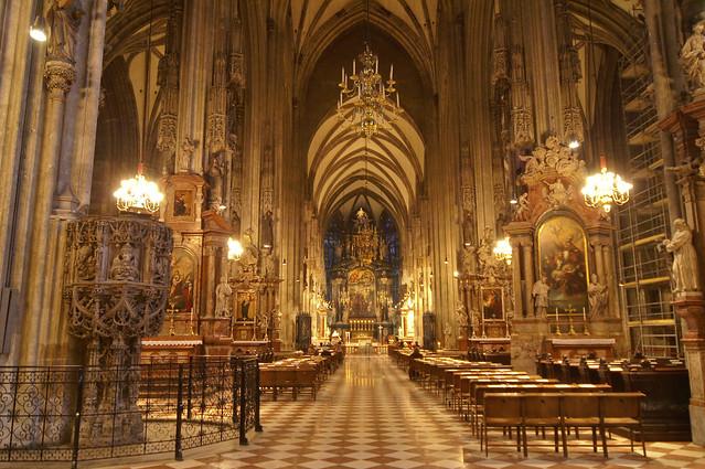 Cathedral in Vienna. Interior. Один из соборов в Вене. Интерьер