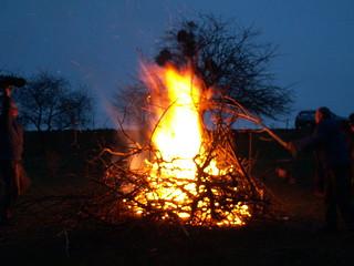 Lagerfeuer brennt, davor zwei Decken über einer Bastmatte am Osterfeuer in Boderitz 036