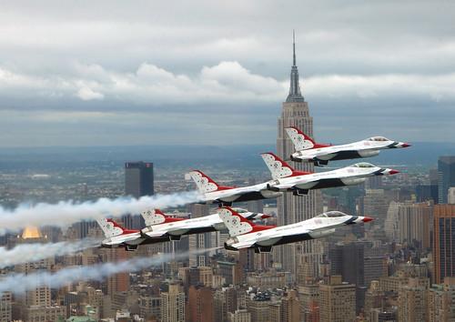 無料写真素材, 乗り物・交通, 航空機, アクロバットチーム, サンダーバーズ, F ファイティング・ファルコン