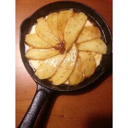 20140314 昨天切好沒吃完的蘋果再利用之 肉桂焦糖蘋果鬆糕 準備進爐囉!  #葛蘿的餐桌