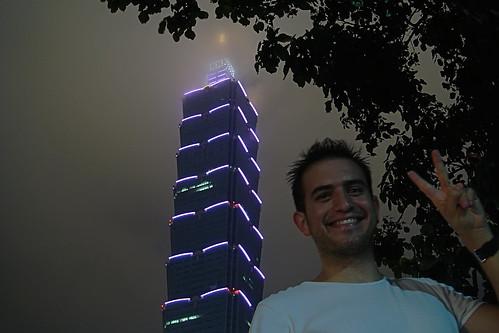 Yo bajo el Taipei 101