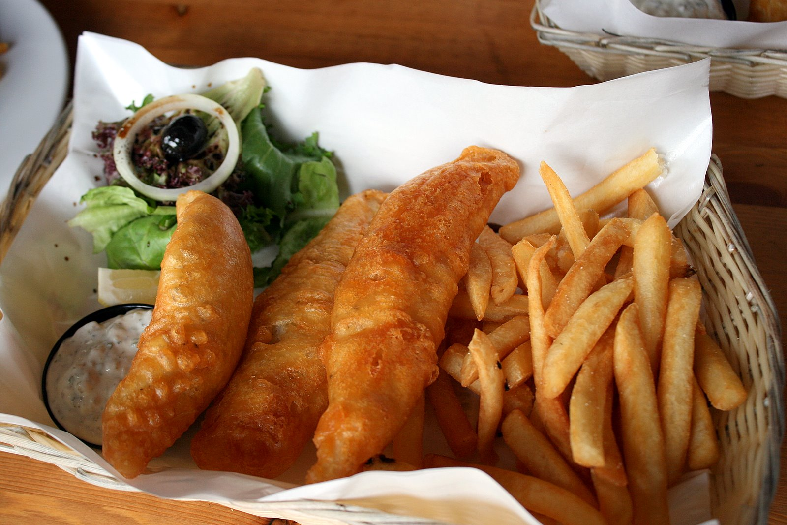 Smok 39 inn frogz kitchen and bar bar black sheep camemberu for Beer battered fish and chips