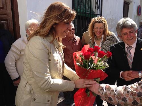 La Presidenta recibe un ramo de Rosas de una niña de Albanchez 01