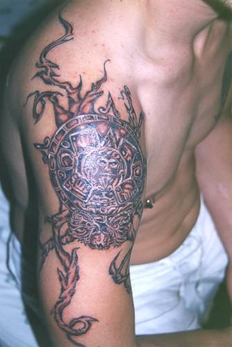Sol Azteca Tatuaje tatuaje siam tattoo.sol azteca con tribal en gris | find me a tattoo