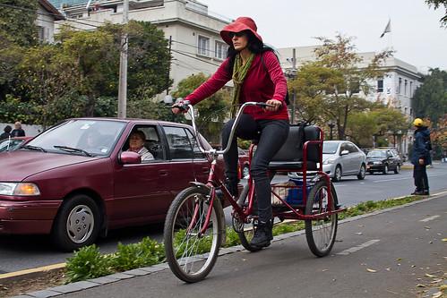 Mujer y triciclo