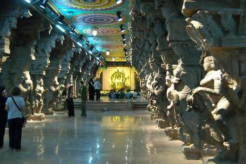 Heute beherbergt diese Halle eine Ausstellung von Tempelfiguren. Die Hallendecke ist reich verziert.