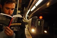 Hombre esperando metro