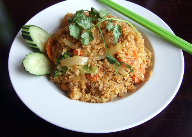 Curry fried rice with fried tofu jhanjay vegetarian thai for Vegetarian that eats fish