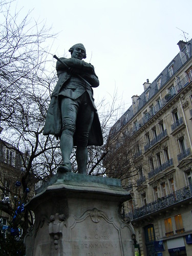 PARIS: statue de Beaumarchais