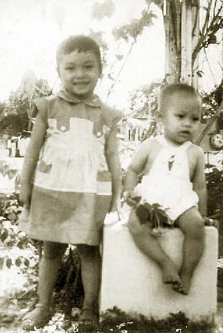 Cantho 1960 - Hà & Hùng trong sân nhà thờ Cần Thơ