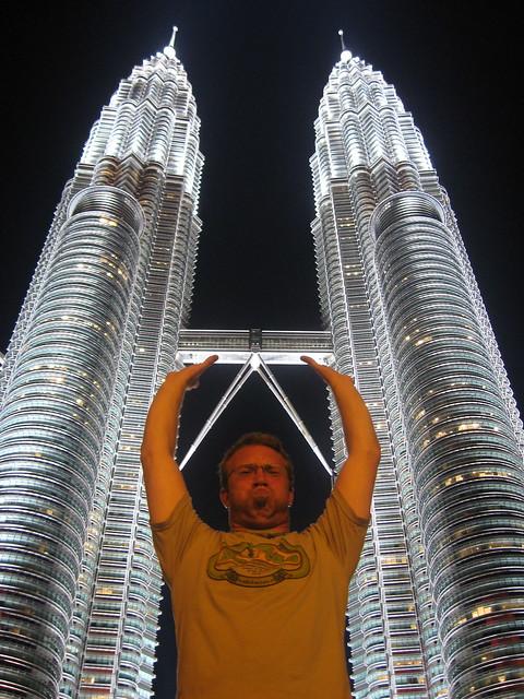 Holding up the Petronas Towers por Claudius Maximus