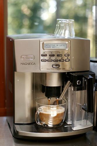 superautomatic latte into new bodum mug    MG 9285