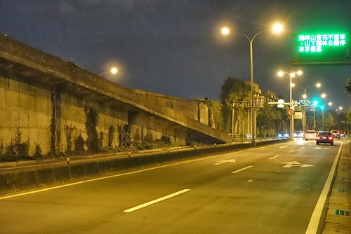 沿著樂群一路可找到往河濱公園的牽引道,路口有紅路燈。