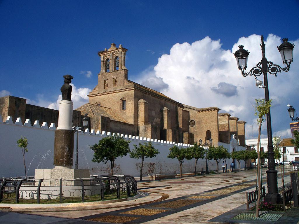 Monasterio de Santa Clara y Monumento a Colón en la Plaza de las Monjas
