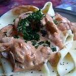 Pappardelle in pikanter Sauce aus Schweinefleisch und Mohn