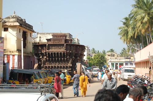 Vor dem Big Temple von Thanjavore stehen riesige hölzerne Tempelwagen in denen Götterfiguren zu Prozessionen gefahren werden