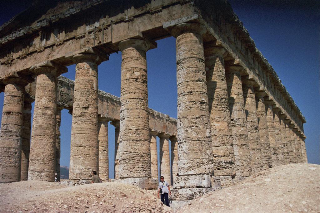 Las columnatas del templo en perfecto estado son imponentes templo de segesta - 2512772437 11c60137ea o - Templo de Segesta en Sicilia, el templo de los fugitivos de Troya