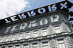 Museo de la Casa del Terror, un edificio usado por el gobierno fascista húngaro (antes de la guerra) y el gobierno comunista (después de la guerra) como lugar de interrogatorio a opositores políticos. Su creación hace algunos años fue motivo de muchas controversias políticas. Budapest, Hungría.