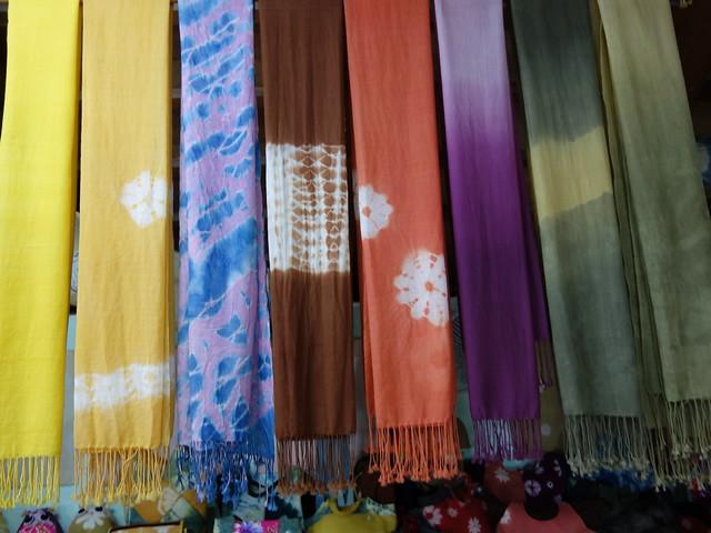 像色票一樣掛在一旁的長圍巾好美~@鳳林鎮花手巾工坊