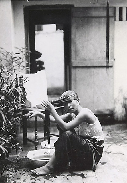1919-1926 Jeune élégante à sa toilette