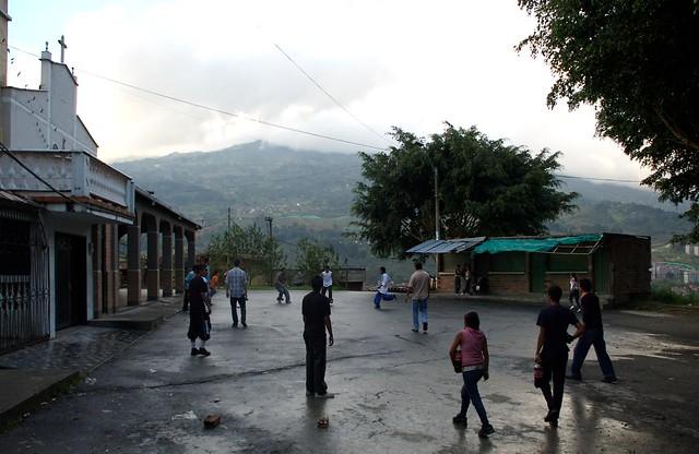 Costumbres de Colombia. Jugar en frente de la casa un picaíto